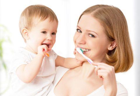 Знакомить ребенка с зубной щеткой нужно уже с первого зуба.