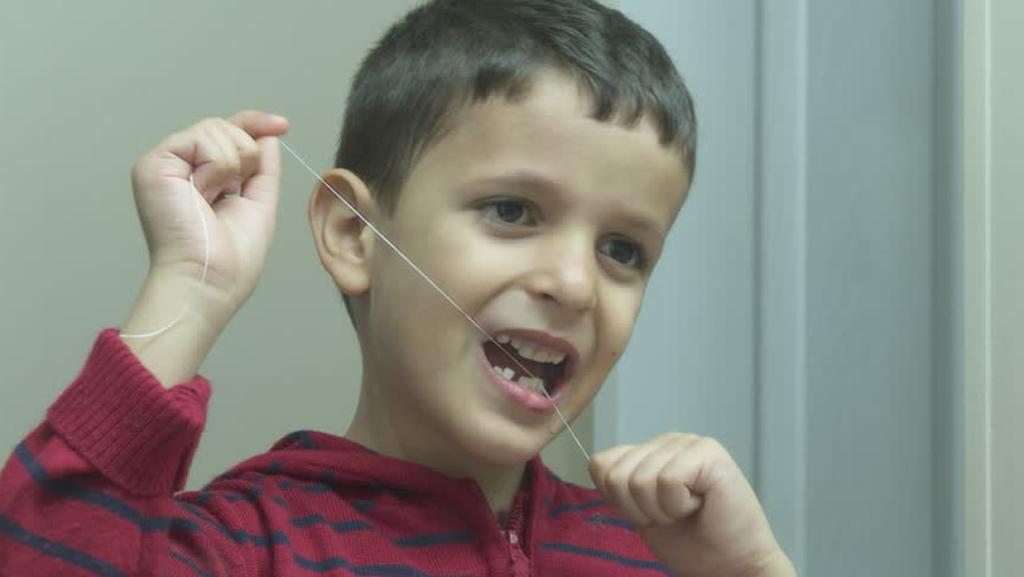 Приучайте детей ко всем методам очистки зубов