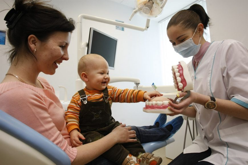 младенец у стоматолога