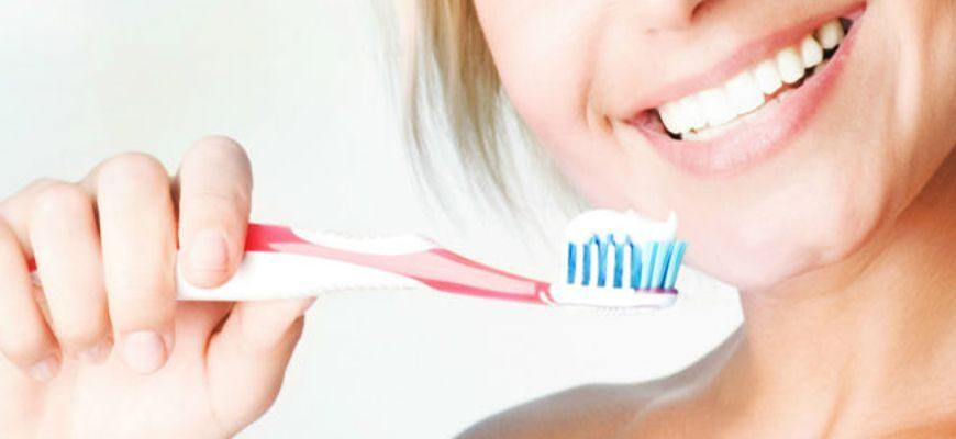 Каждый дошкольник твердо знает, сколько раз в день нужно чистить зубы – дважды: вечером и утром. Но о существовании исключений из этого правила и о правильной технике проведения гигиенической процедуры знают далеко не все. Об этом и пойдет речь в статье.